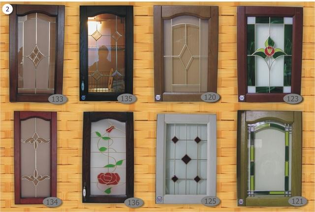 Витражи на фасадах шкафов очень разнообразны