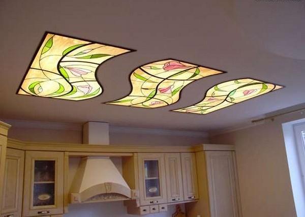 Витражные подвесные потолки с подсветкой создают уникальное украшение помещения.