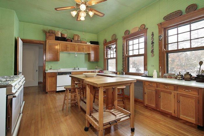 Спокойный зеленый тон на стенах и потолке кухни