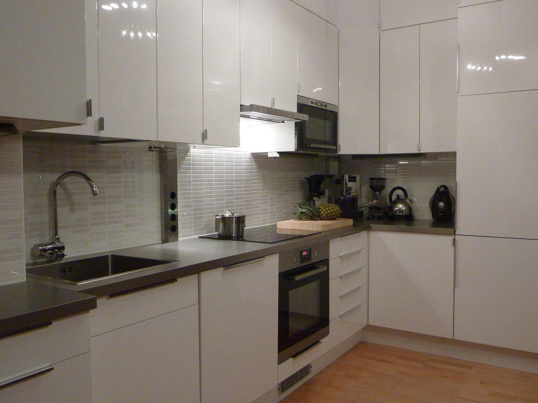 Кухонный гарнитур с глянцевым фасадом