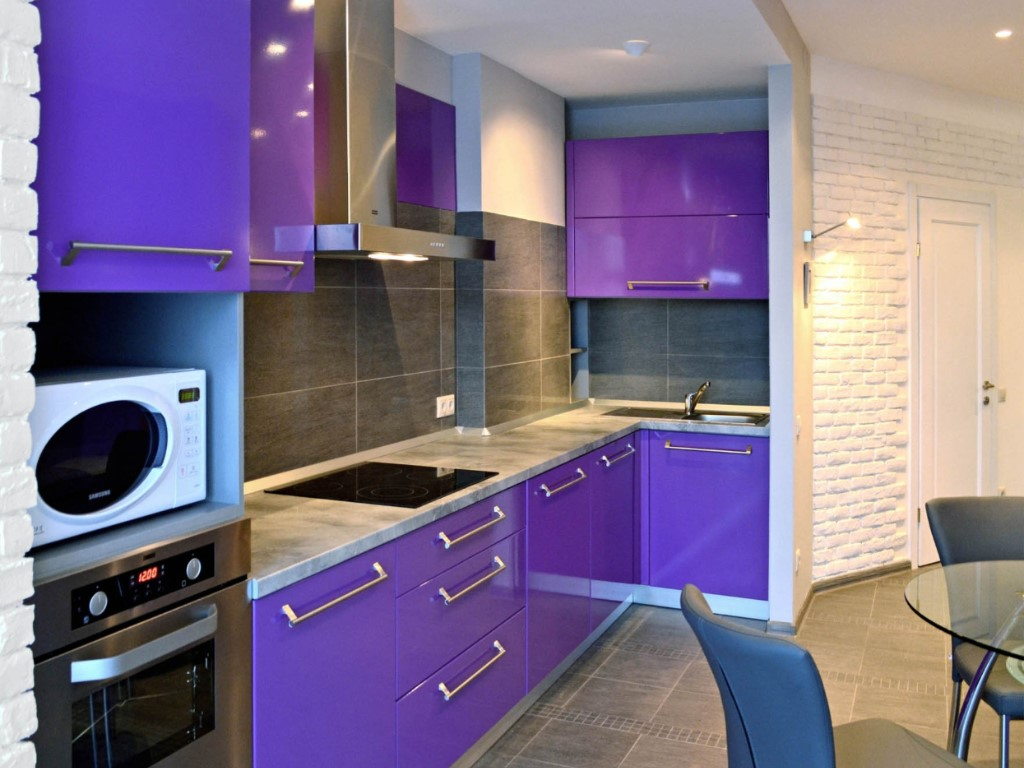 Угловая кухня в фиолетовом цвете