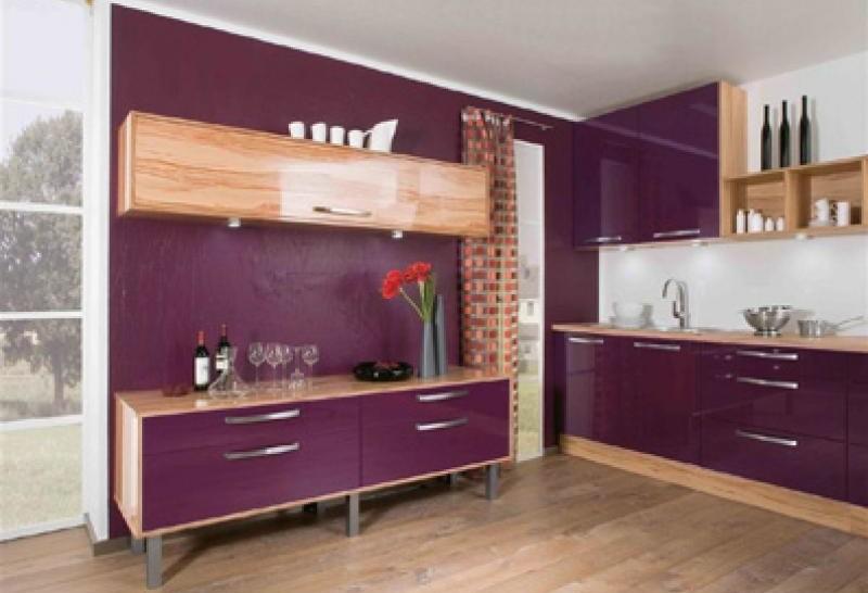 Фиолетовый гарнитур дополненный деревянными поверхностями