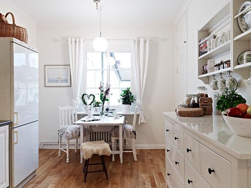 Кухня, декорированная растениями.