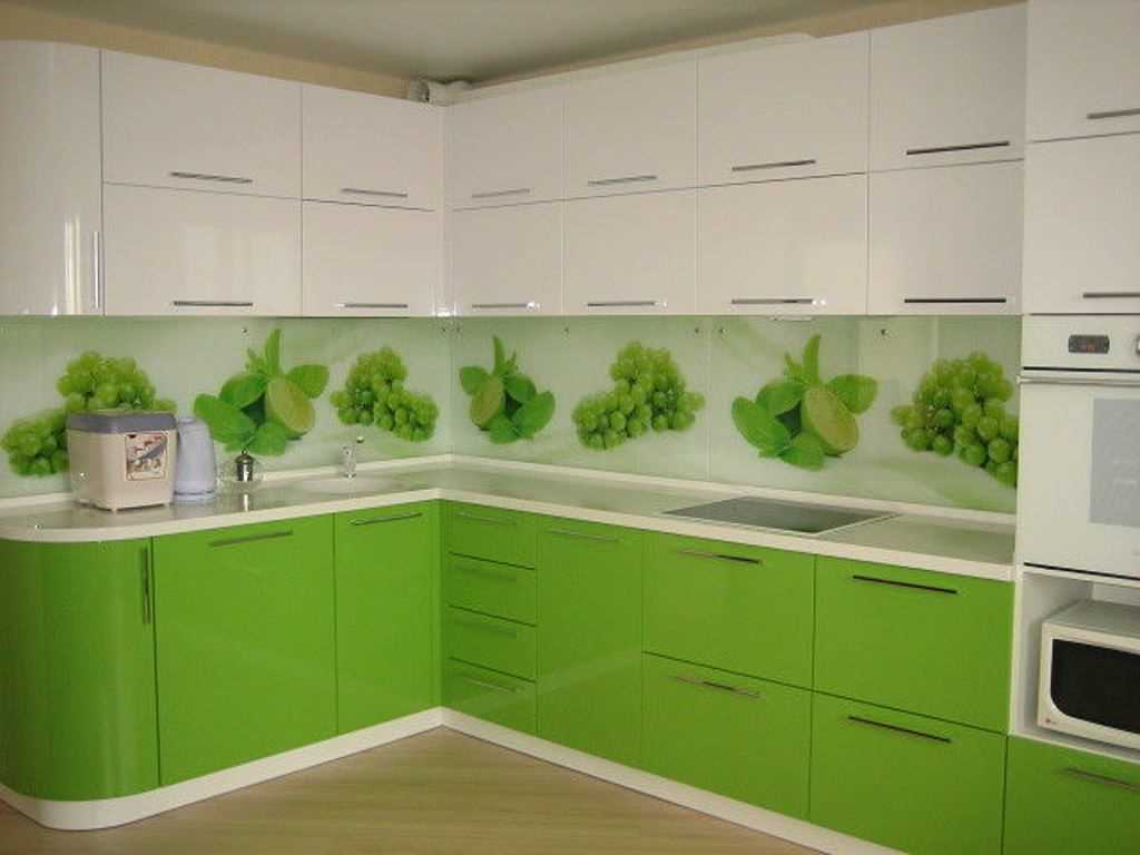 Неординарная бело-салатовая кухня