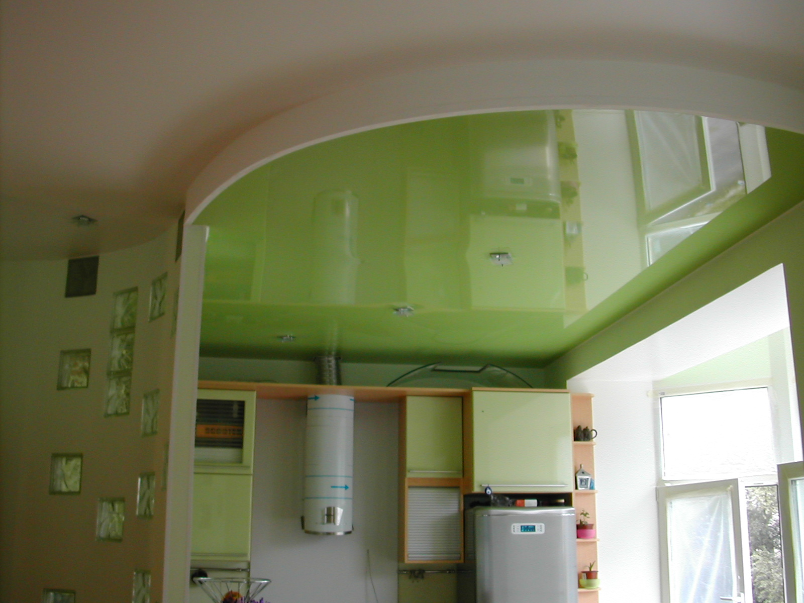 Подвесной натяжной потолок для кухни в салатовом цвете