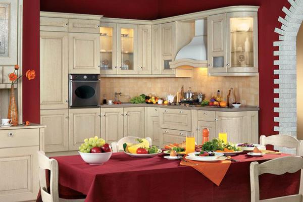Яркие элементы на кухне цвета слоновой кости
