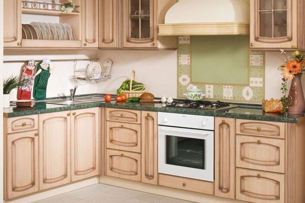 Кухня в стиле прованс с оригинальным орнаментом на стене