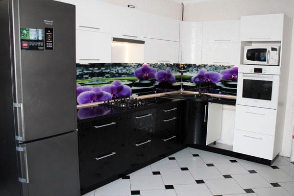 Чёрно-белая плитка на полу кухни