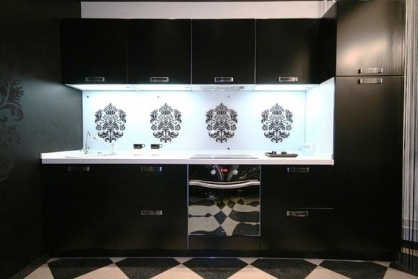Абстрактные узоры на стеклянном фартуке чёрно-белой кухни