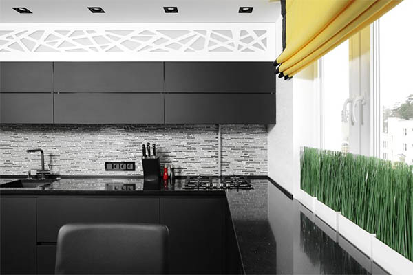 Яркие римские шторы в интерьере чёрно-белой кухни