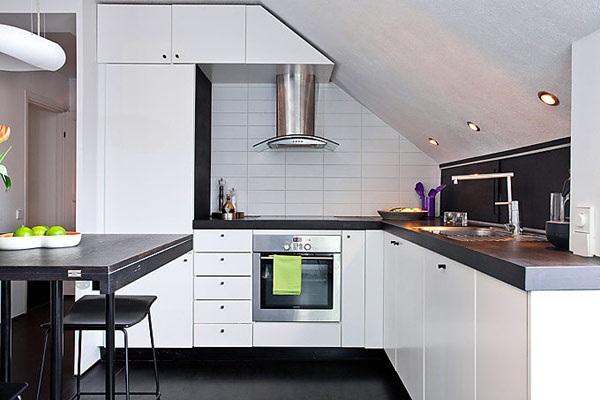 Чёрно-белая кухня небольшого размера