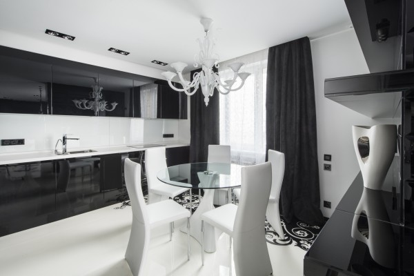 Белые стулья в интерьере чёрно-белой кухни