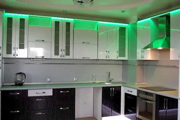 Светодиодная лента в зеленом цвете на кухне