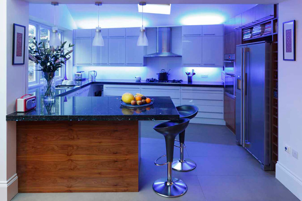 Голубая подсветка кухни