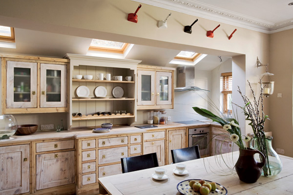 """Открытые полки в интерьере кухни в стиле """"Прованс"""""""