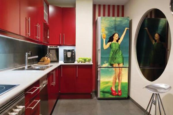 Яркий холодильник в интерьере кухни