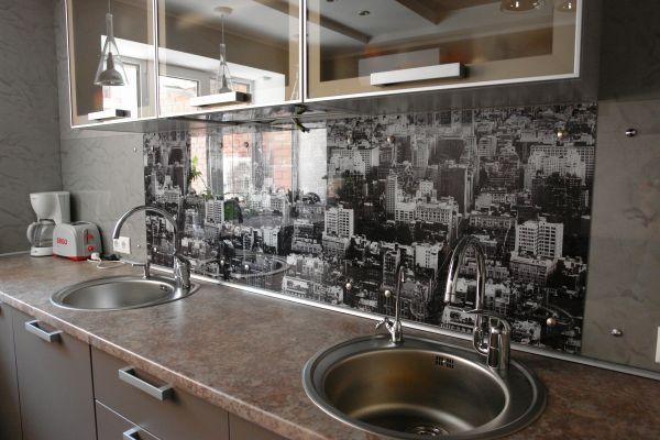 Декор фартука большим чёрно-белым фото панорамы города