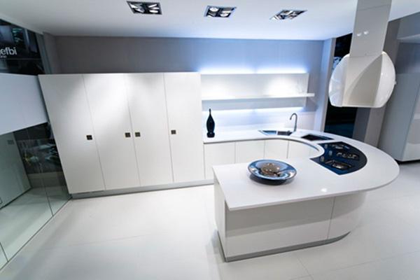 Необычный дизайн рабочего стола для большой кухни