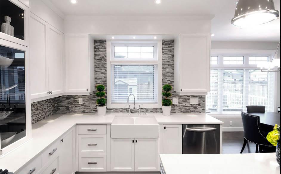 фартук для белой кухни с серой столешницей фото