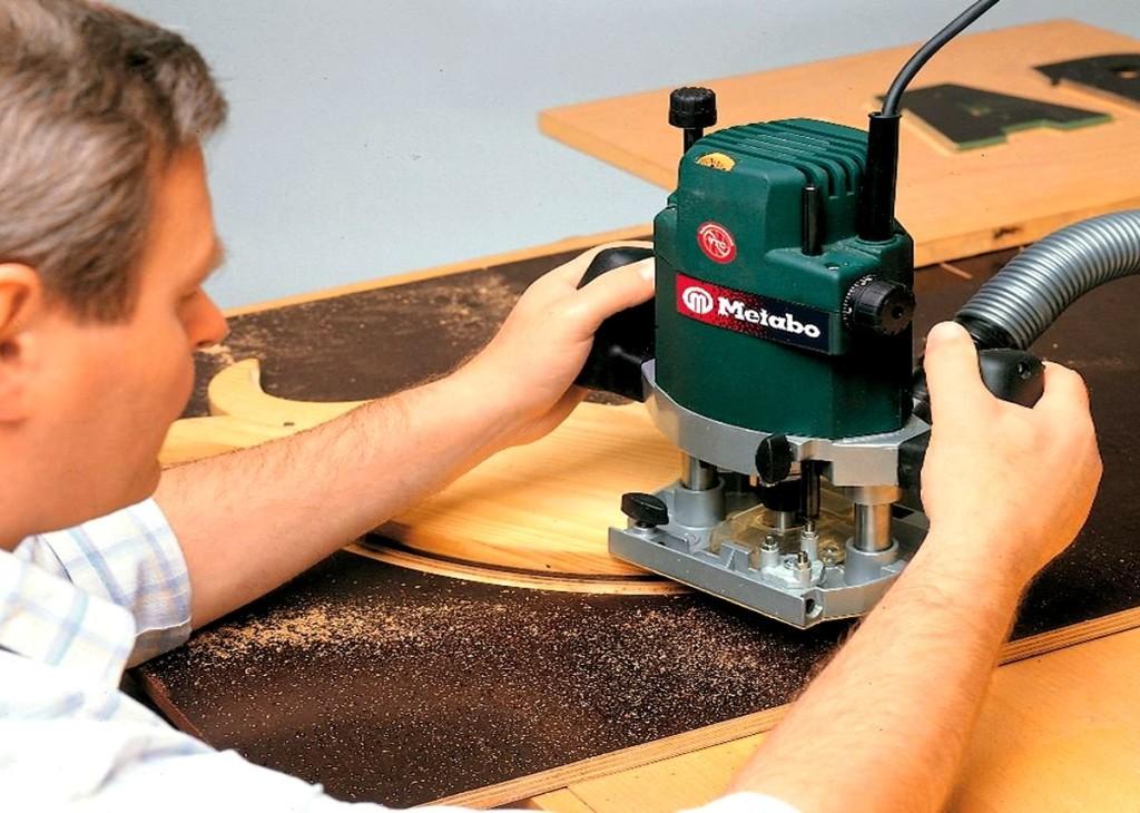 Обработка деревянной поверхности ручным фрезером