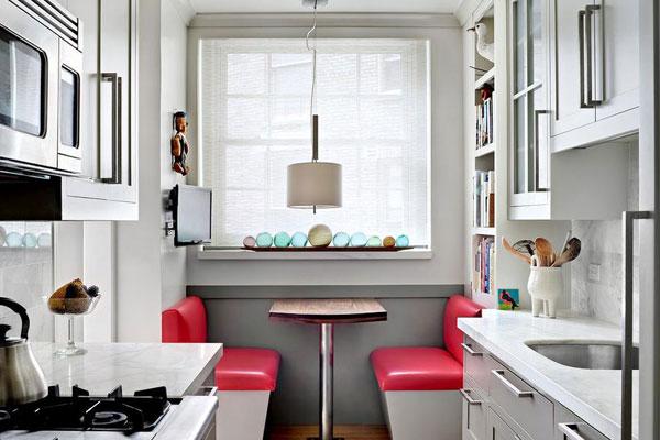Кухня в спокойных тонах с обеденным столом на две персоны