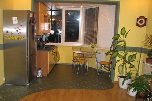 Маленькая кухня, совмещённая с соседней комнатой