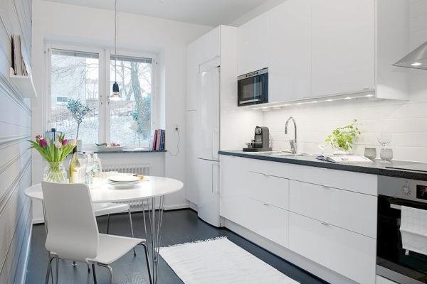 Светлая кухня без лишней и громоздкой мебели