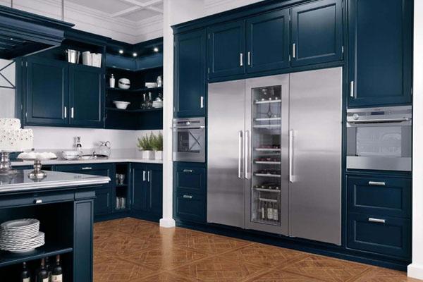 Встроенный холодильник и техника на кухне в стиле арт-деко