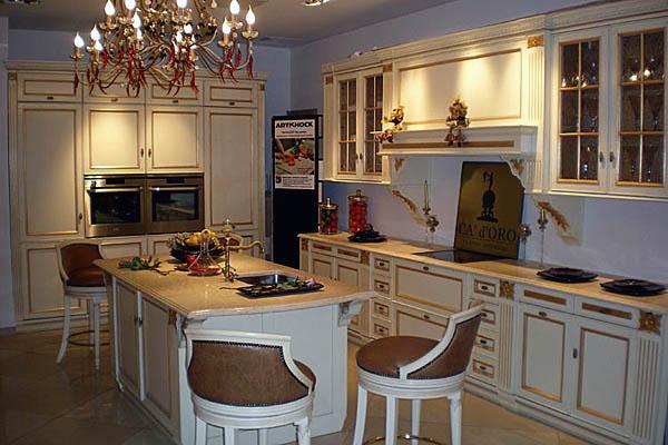 Каменная столешница на столе кухни