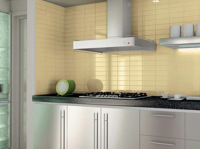 Светлая кафельная плитка на современной кухне