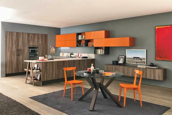 Просторная кухня с яркими полочками и стульями