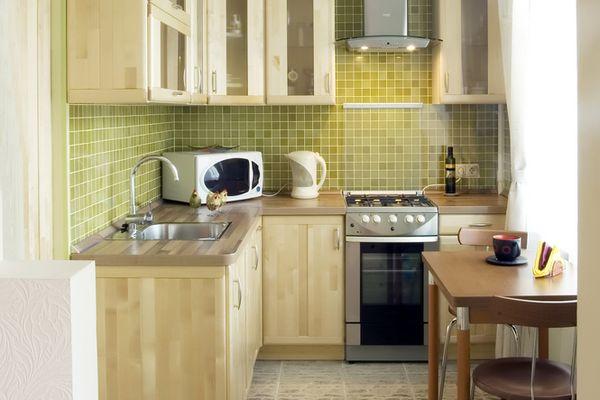 Компактный гарнитур в небольшой кухне