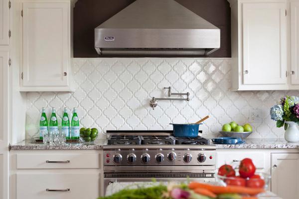 Газовая плита и вытяжка в интерьере кухни