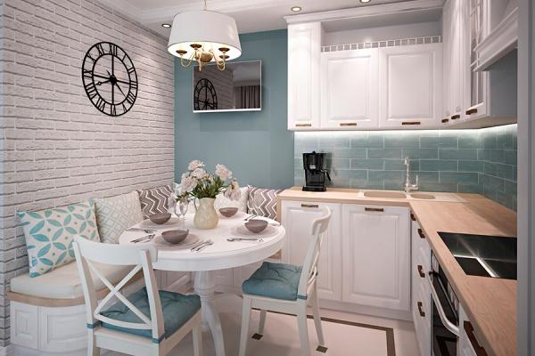Люстра над обеденным столом в маленькой кухне