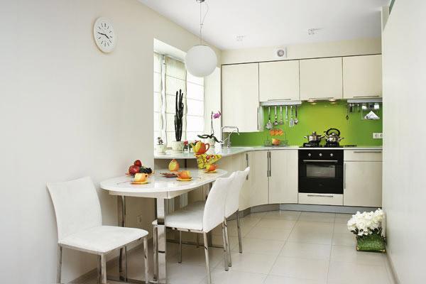 Маленькая кухня в преобладающем белом цвете