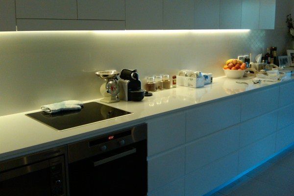 Подсветка фартука кухни светодиодной лентой