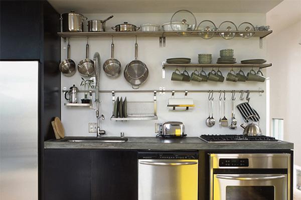Рейлинги и полочки для посуды на стене кухни