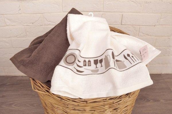 Кухонные полотенца в корзине для стирки