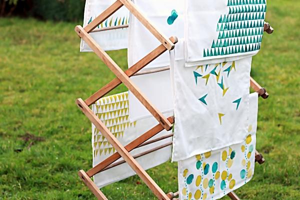 Белые кухонные полотенца на сушилке