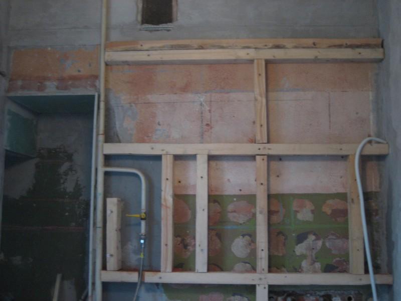 Каркас под гипсокартонную обшивку стены с маскировкой газовой трубы