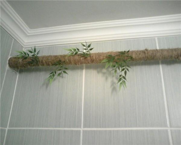 Задекорированная газовая труба под потолком кухни