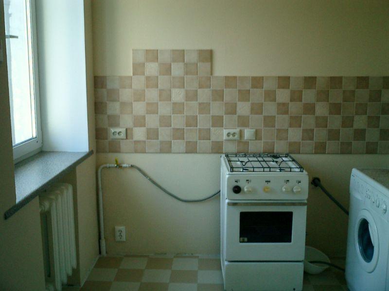 Маскировка газовой трубы кухонной мебелью