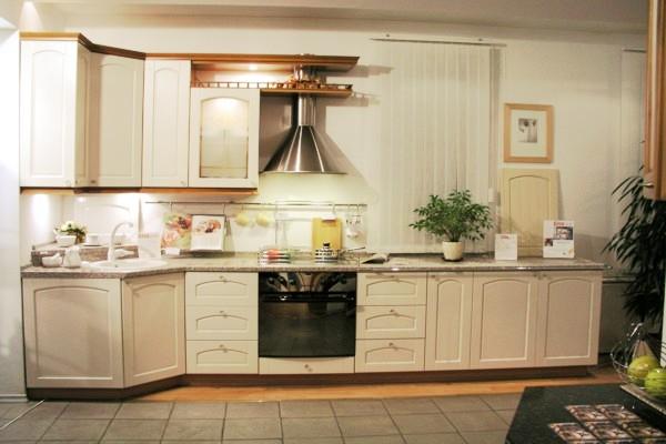Кухонный гарнитур в светло-бежевых тонах