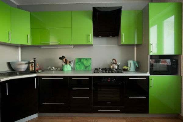Зелёно-чёрный гарнитур с пластиковыми фасадами