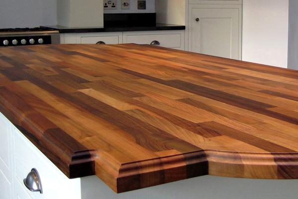 Коричневая деревянная столешница