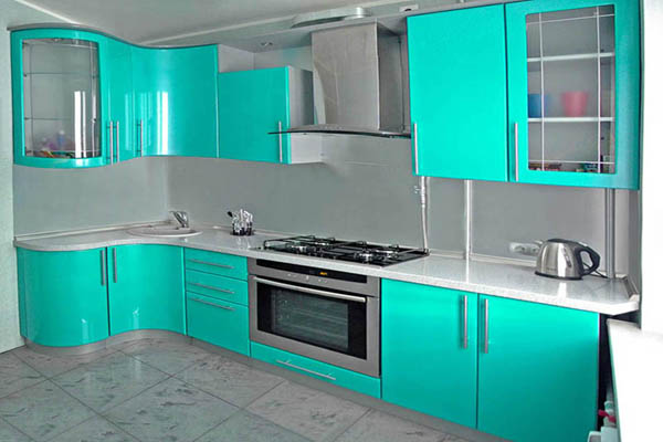 Кухня с глянцевыми фасадами из МДФ