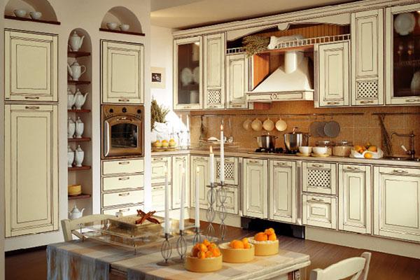 Кухня с классической мебелью в светлых тонах