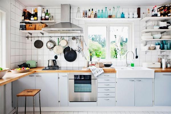 Уютная обстановка светлой кухни