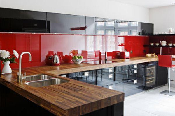 Чёрно-белая кухня с ярким элементом - красным фартуком
