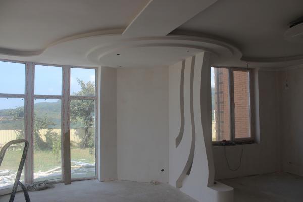 Декоративный потолок и фигурная перегородка из гипсокартона